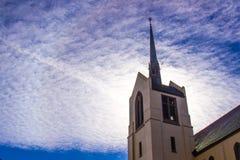 Chiesa Steeple con il Sun nel fondo Fotografia Stock