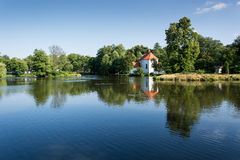 Chiesa su acqua fotografie stock libere da diritti