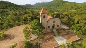 Chiesa su una collina nel villaggio di Malbato filippine Coron PALAWAN Siluetta dell'uomo Cowering di affari video d archivio