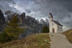 Chiesa su una collina nelle dolomia Fotografia Stock Libera da Diritti