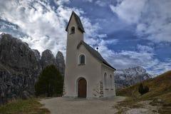 Chiesa su una collina nelle dolomia Immagine Stock