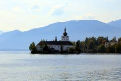 Chiesa su una riva del lago Fotografie Stock