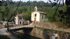 Chiesa sul fiume Adda - fiume Adda del sul di chiesetta Immagine Stock Libera da Diritti