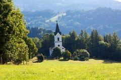 Chiesa sul prato Fotografia Stock Libera da Diritti