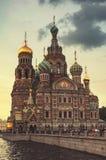 Chiesa sul sangue Spilled verso la fine della sera alla penombra St Petersburg La Russia Fotografia Stock