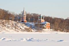 Chiesa sulla banca del fiume Fotografie Stock