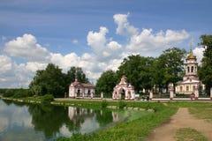 Chiesa sulla banca di fiume Fotografie Stock