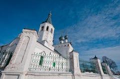 Chiesa sulla priorità bassa del cloudscape Immagini Stock