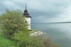 Chiesa sulle banche del bacino idrico Fotografia Stock Libera da Diritti
