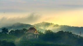 Chiesa tailandese sulla collina nella pioggia del giorno Immagine Stock