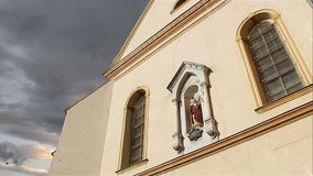 Chiesa Timelapse di angolo basso stock footage