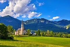 Chiesa tradizionale dell'Austria con la cappella in villaggio Immagine Stock Libera da Diritti
