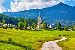 Chiesa tradizionale dell'Austria con la cappella in villaggio Fotografia Stock