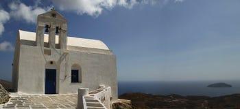 Chiesa tradizionale in Grecia con una campana Panorama Immagine Stock