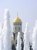 Chiesa tramite la fontana Fotografia Stock Libera da Diritti