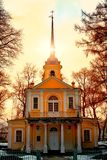 Chiesa in Tsarskoye Selo, Pushkin, San Pietroburgo Russia Tramonto con un alone ambrato luminoso del sole e del cielo modificato Fotografie Stock