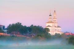 Chiesa in una cittadina Fotografia Stock Libera da Diritti
