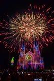 Chiesa variopinta e vergine Maria con il fuoco d'artificio Fotografia Stock Libera da Diritti