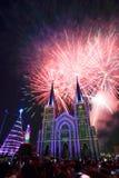 Chiesa variopinta e vergine Maria con il fuoco d'artificio Immagine Stock