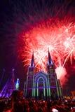 Chiesa variopinta e vergine Maria con il fuoco d'artificio nel Natale n Fotografie Stock Libere da Diritti