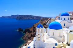 Chiese blu OIA Santorini della cupola Fotografia Stock