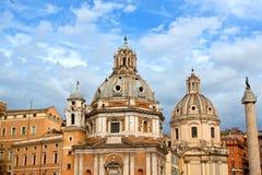 Chiese e colonna del Trajan a Roma, Italia Fotografia Stock Libera da Diritti