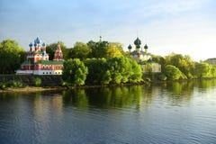 Chiese russe circa il fiume immagine stock