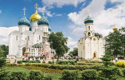 Chiese in Sergiyev Posad Russia immagini stock