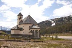 Chiesetta在Dolomiti山的del Passo 免版税库存图片