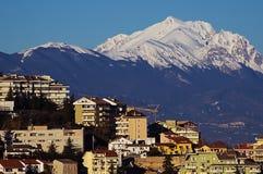 Chieti med det Gran Sasso berget Royaltyfria Foton