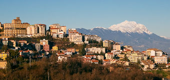 Chieti och Gran Sasso berg Arkivbild