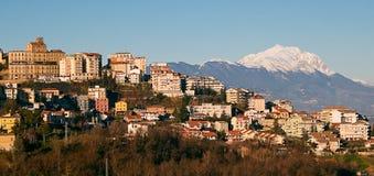 Chieti y montaña de Gran Sasso Fotografía de archivo