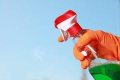 Chiffon et jet enfilés de gants de fenêtre de nettoyage de main Photographie stock libre de droits