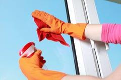 Chiffon et jet enfilés de gants de fenêtre de nettoyage de main Images libres de droits