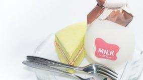 Chiffongkakor med en flaska av mjölkar på plattan Arkivfoto