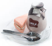 Chiffongkakor med en flaska av mjölkar på plattan Royaltyfri Bild