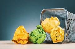 Chiffonnez le papier se renversant de la poubelle images libres de droits