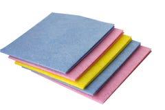 Chiffons colorés pour le nettoyage à la maison photos stock