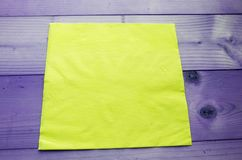 Chiffons jaunes sur la table images libres de droits