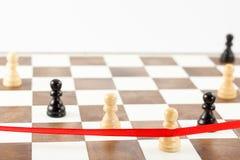 Chiffre blanc du ` s de gage croisant le ruban de finition Direction d'échecs Image stock