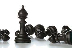 Chiffre d'échecs de coureur se tenant entre tombé au-dessus des échecs f de gage Photo stock