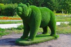 Chiffre d'ours d'herbe verte photographie stock libre de droits