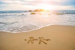 Chiffre de bâton de couples sur la plage, Saint Valentin Photo stock