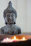 Chiffre de Bouddha avec les bougies de flottement Images stock