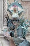 Chiffre de carnaval de Venise dans un costume et un masque colorés Venise Italie de turquoise Photographie stock libre de droits