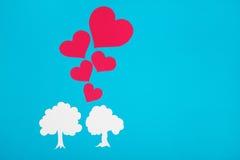 Chiffre de carton des arbres sur un fond bleu L'amour de symbole Images libres de droits