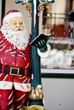 Chiffre de Noël du père noël se penchant contre un lig Photo libre de droits