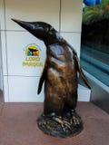 Chiffre de pingouin fait en laiton Cette figure est située à l'entrée au secteur de pingouin de Loro Parque photos libres de droits