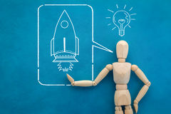 Chiffre en bois d'homme avec le dessin de fusée jpg Images libres de droits