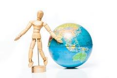 Chiffre en bois d'isolement avec le globe sur le fond blanc, accueil à Images stock
